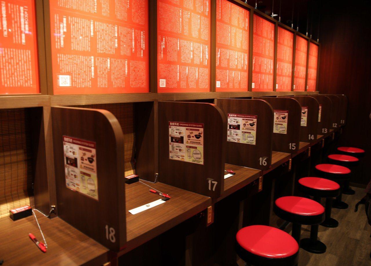 味集中座位,是一蘭拉麵特色之一。圖/報系資料照
