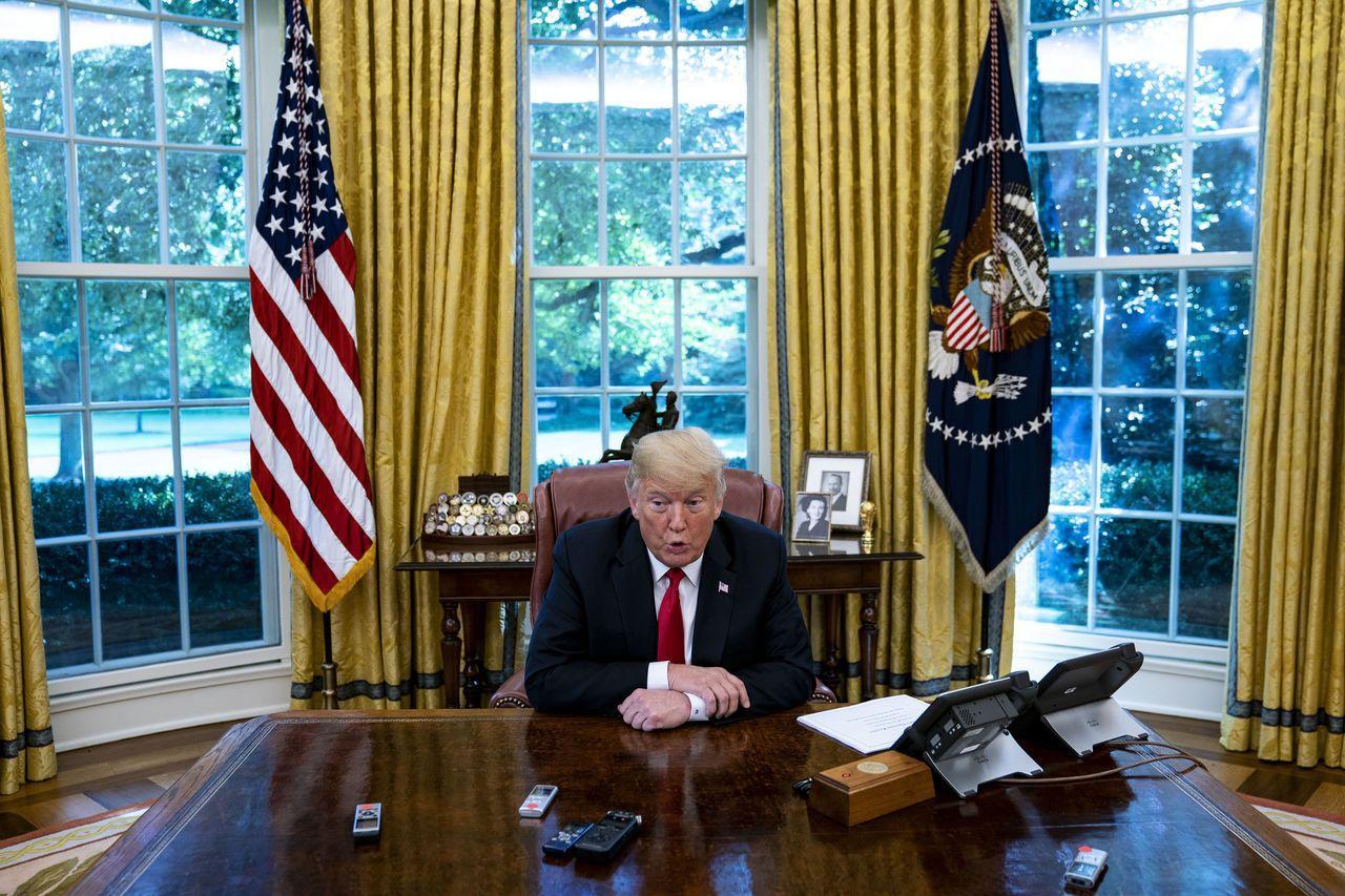 川普在白宮辦公室接受彭博專訪。彭博