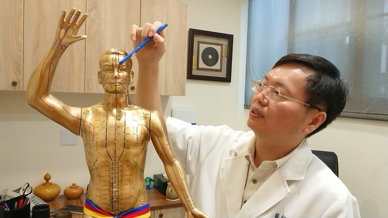 顏面神經麻痺患者常因嘴歪臉斜,得好幾個月戴著口罩示人,透過針灸刺激臉部特定穴位,...