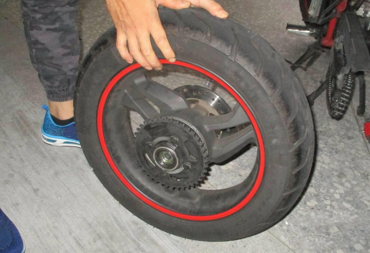 台中市西屯區潘姓男子因沒錢修機車,他找同款的機車下手,偷走一輛機車、一顆輪胎。記...