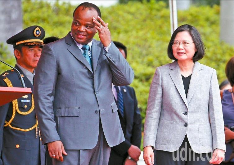 史瓦帝尼國王恩史瓦帝三世(左)於今年六月來訪,蔡英文總統以軍禮表示歡迎。 圖/聯...