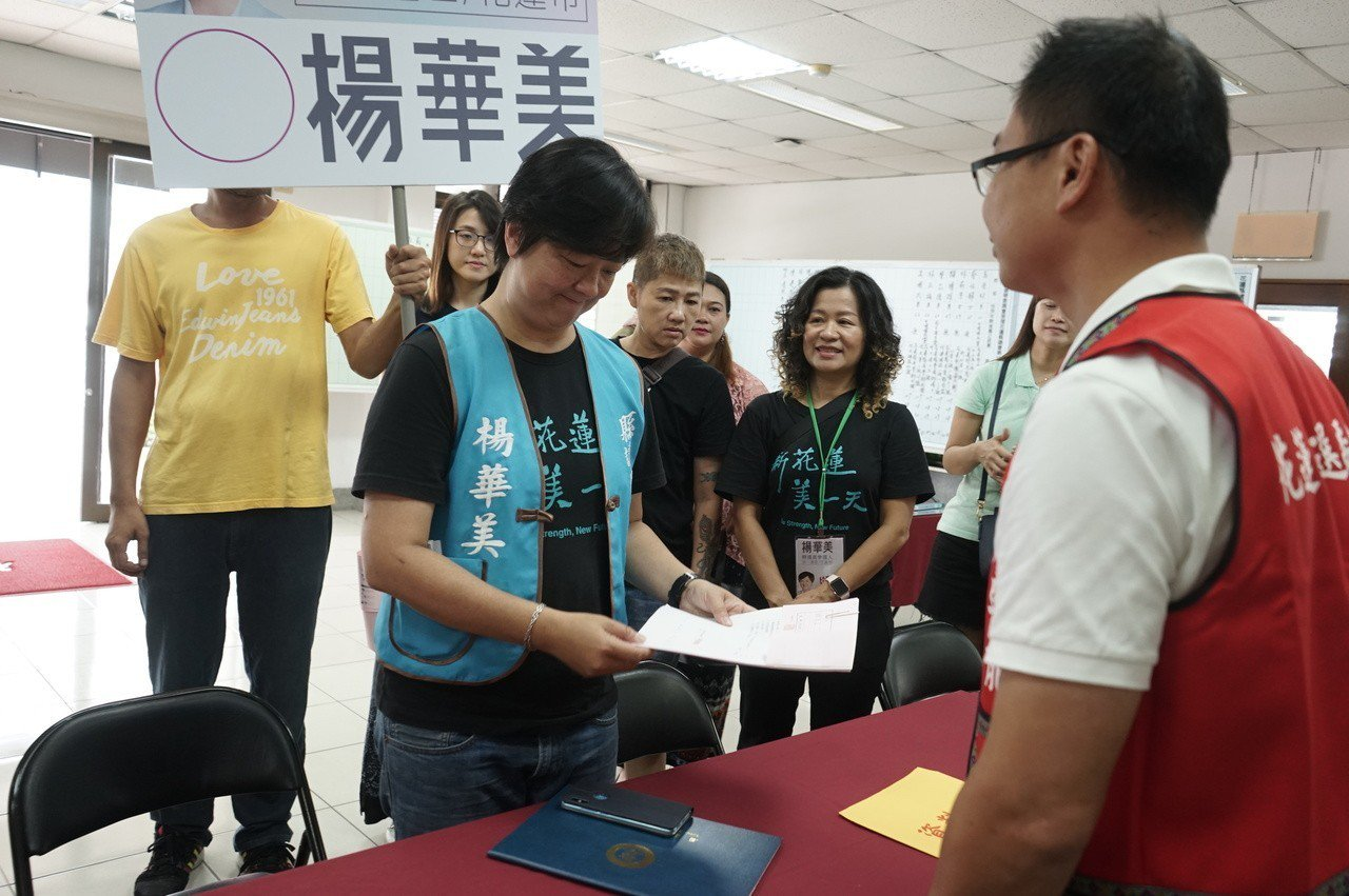 資深社工楊華美(左)以無黨素人之姿,今天登記再戰花蓮縣議員。記者王燕華/攝影