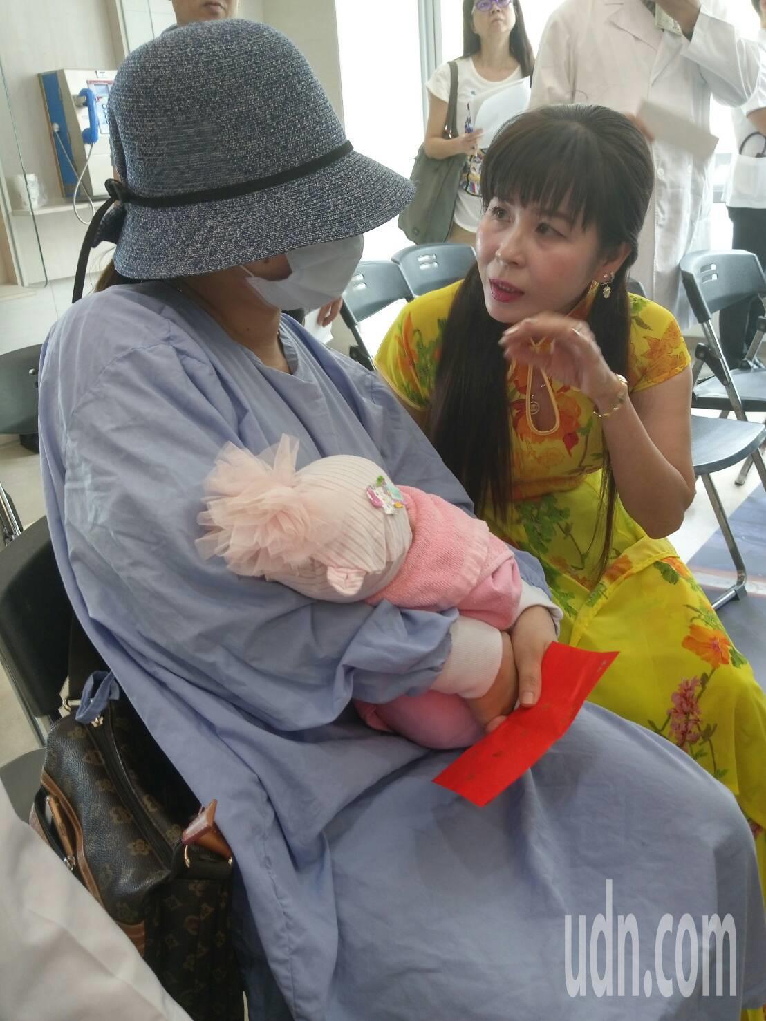 女嬰媽媽感謝北榮的照顧。記者陳雨鑫/攝影
