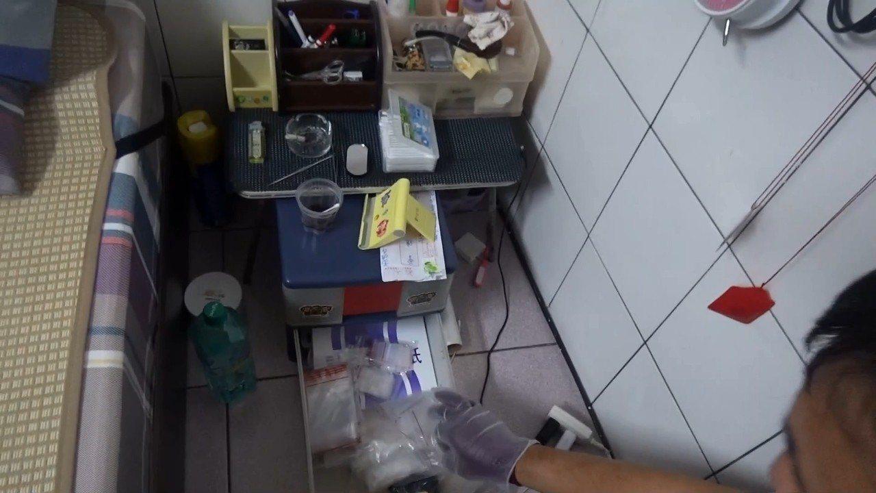 警方在床頭旁邊櫃子發現毒品。記者林伯驊/翻攝