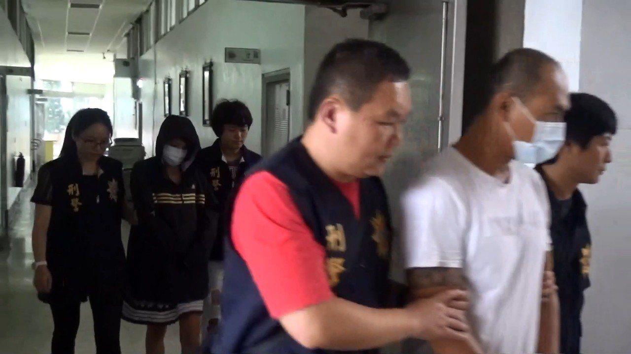 曾姓男子(右二)與吳姓女友(左二)被移送。記者林伯驊/翻攝