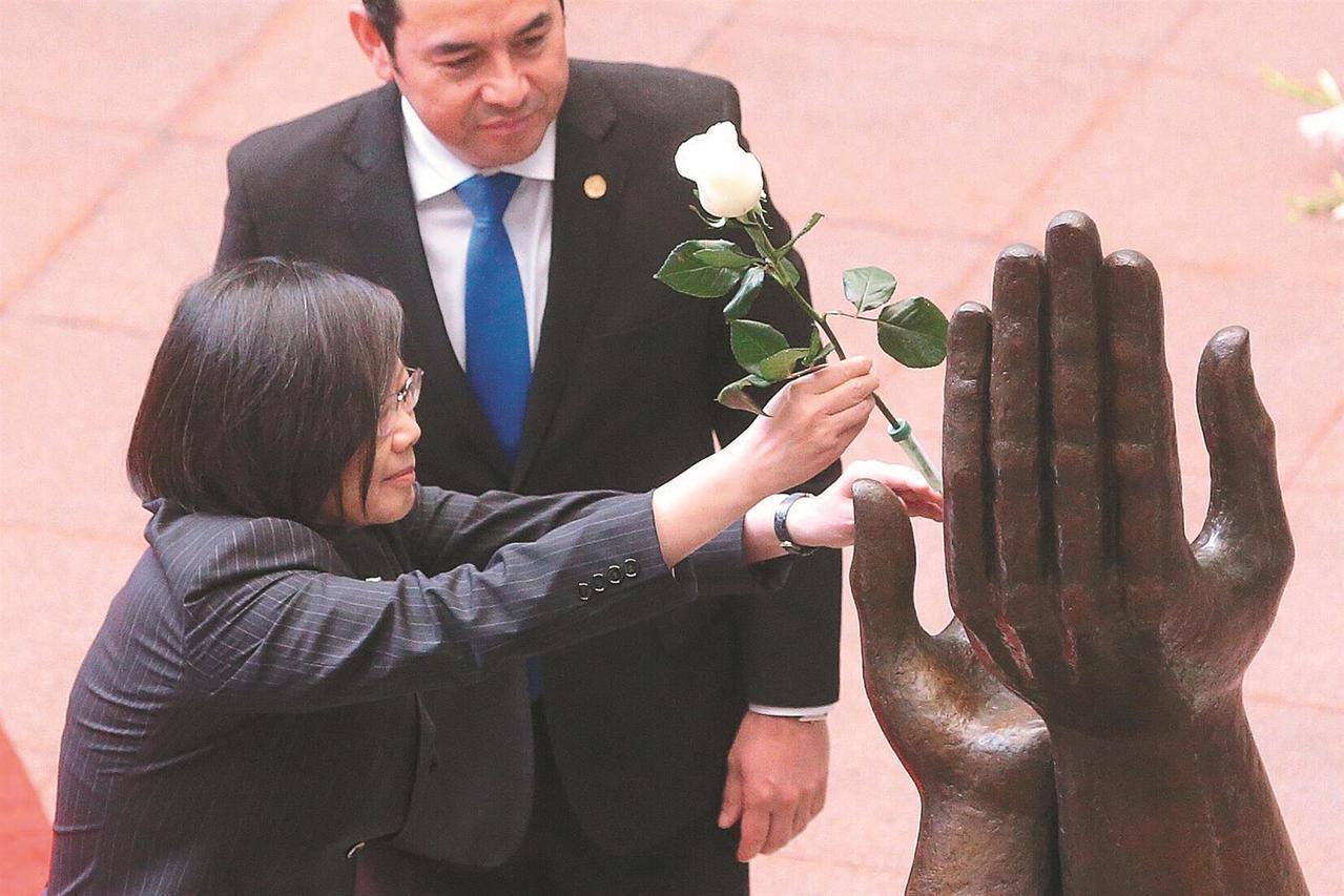 總統蔡英文(前)去年出訪中美洲友邦,抵第三站瓜地馬拉,瓜國總統莫拉雷斯在文化宮以...