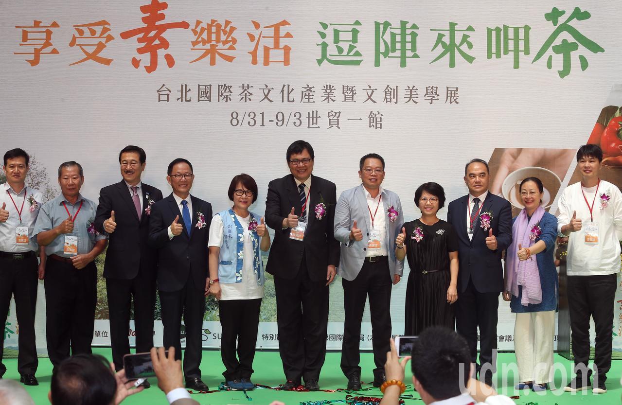 國民黨台北市長候選人丁守中(左四)上午參加2018台北國際素食養生展開幕式, 對...