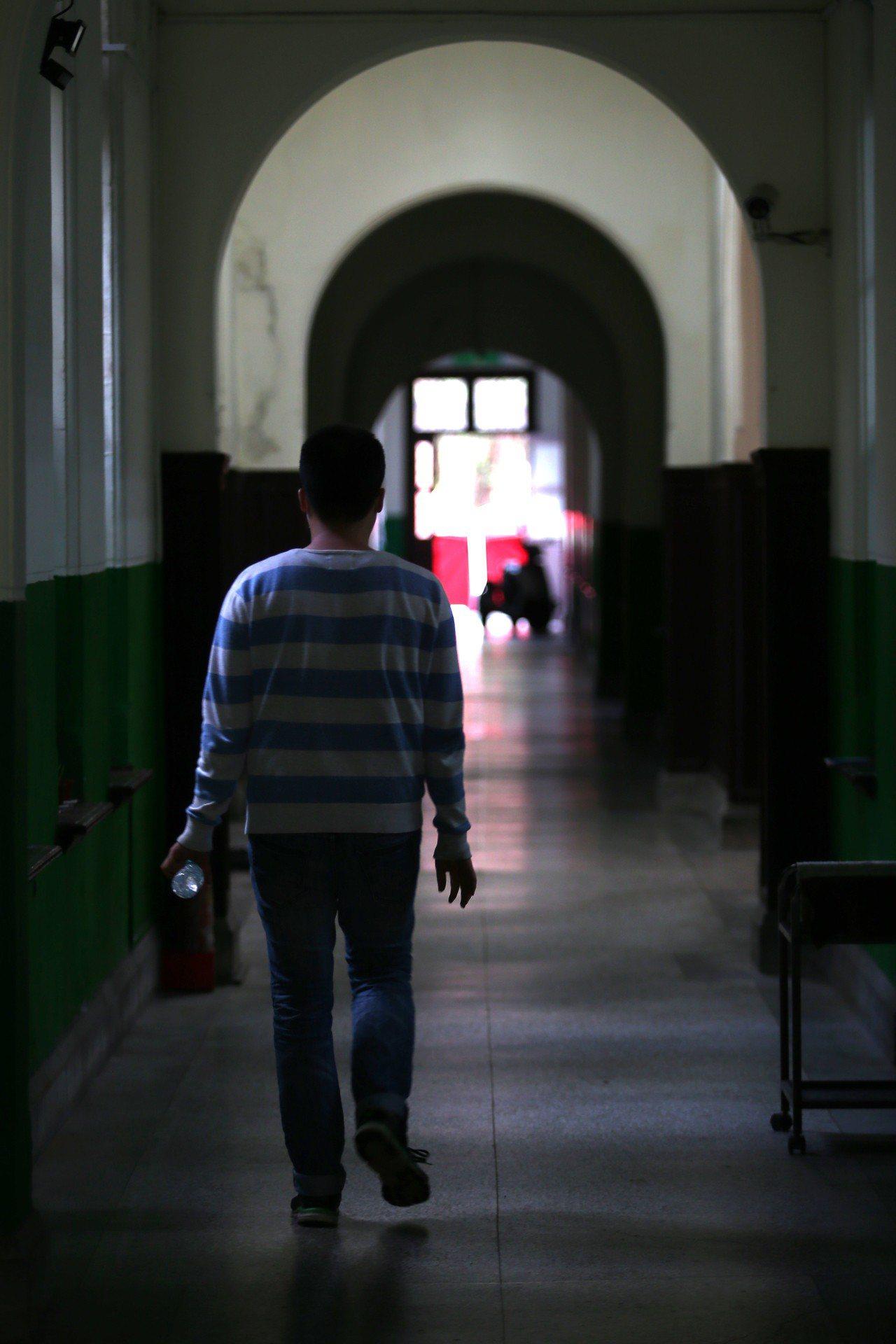 大陸針對台灣學生招手,才從學測頂標降至均標,昨又公布針對台灣高教老師釋出利多,國...