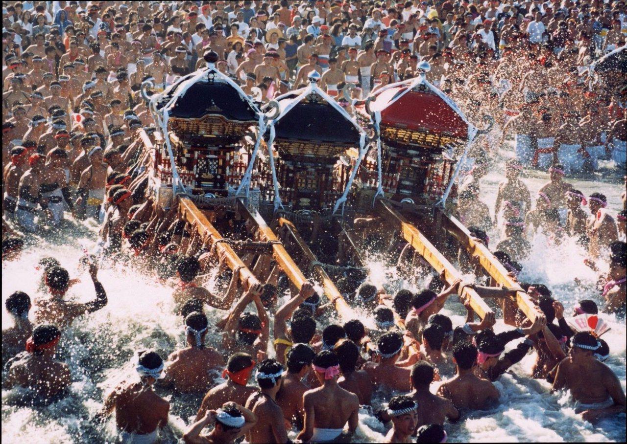 日本千葉大原裸祭,看漁夫扛著神轎衝向海裡祈福的壯觀畫面。圖/TripAdviso...