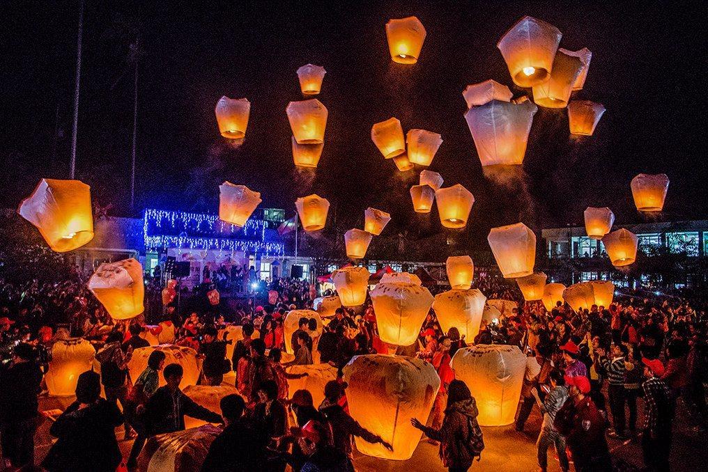 到新北市平溪天燈節親手施放天燈一起傳遞幸福的心願。圖/TripAdvisor提供