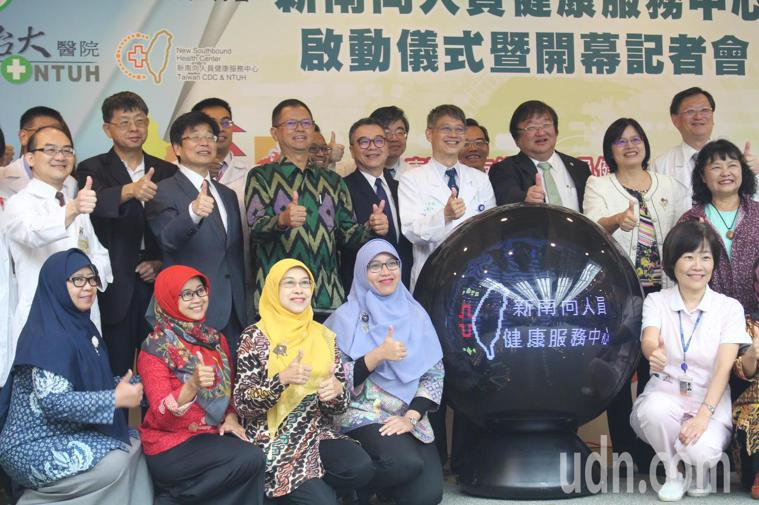 台大醫院成立「新南向人員健康服務中心」今開幕,其中推出即使人在東南亞也可諮詢醫師...