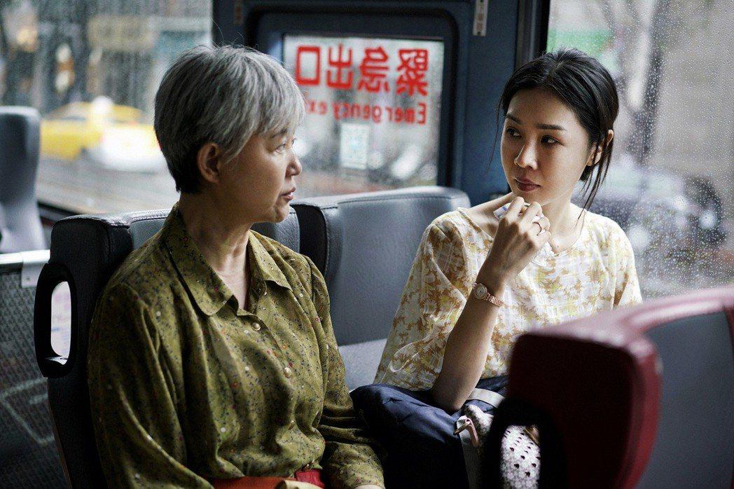 高愛倫(左)與謝盈萱(右)在「誰先愛上他的」有許多動人對手戲。圖/親愛的工作室提...