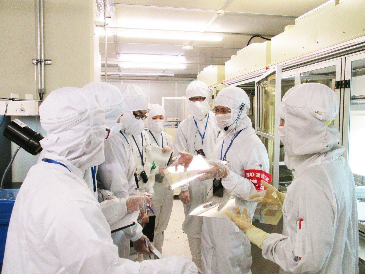 友達首創結合理論與實務的液晶面板實習工廠,幫助學生實地了解面板產業及工作環境。圖...