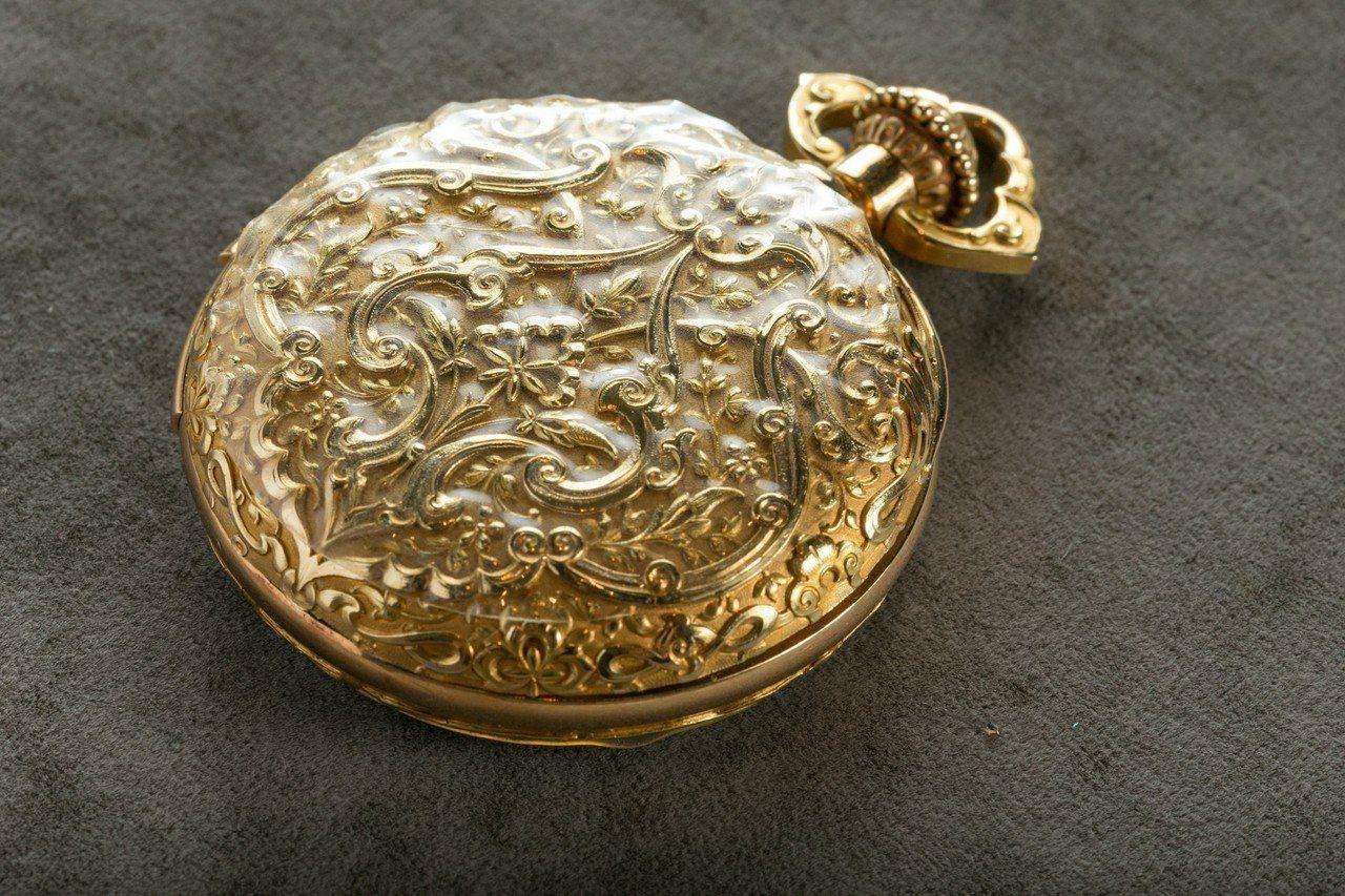 半立體的金雕表殼展現百年前的純人手工藝。記者/陳立凱攝影