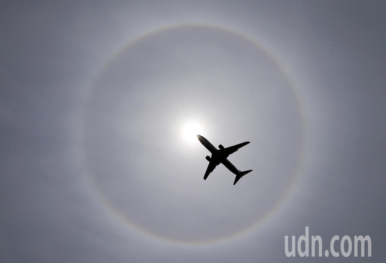 高雄市終於放晴出太陽,今天中午民眾發現太陽不太一樣,外面還有個大圈圈包圍,大家奔...