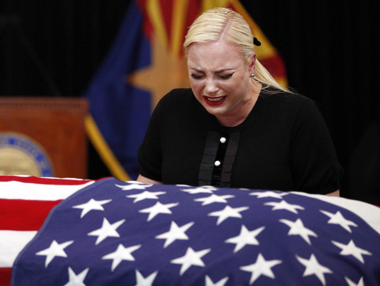 馬侃的女兒梅根29日在告別式上撫棺痛哭。美聯
