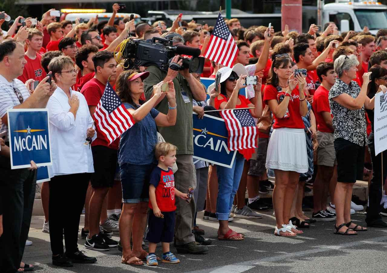 馬侃的靈車前往告別式會場途中,有許多民眾沿街致敬。路透