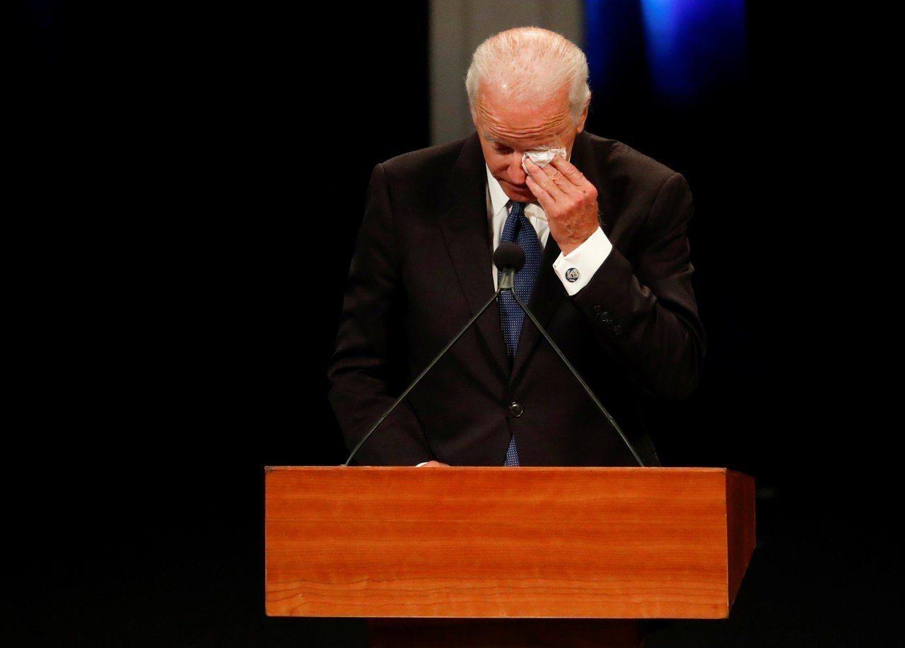 美國前副總統拜登在好友馬侃的告別式上致詞一度落淚。路透