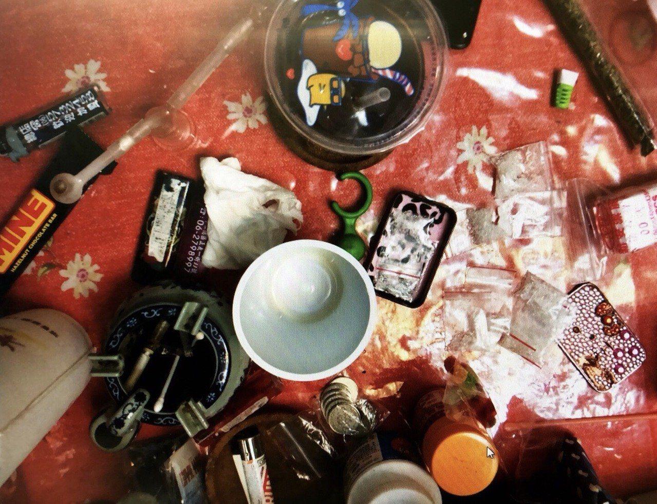 警方在藥頭住處查獲毒品, 隨意扔在桌上。 圖/警方提供
