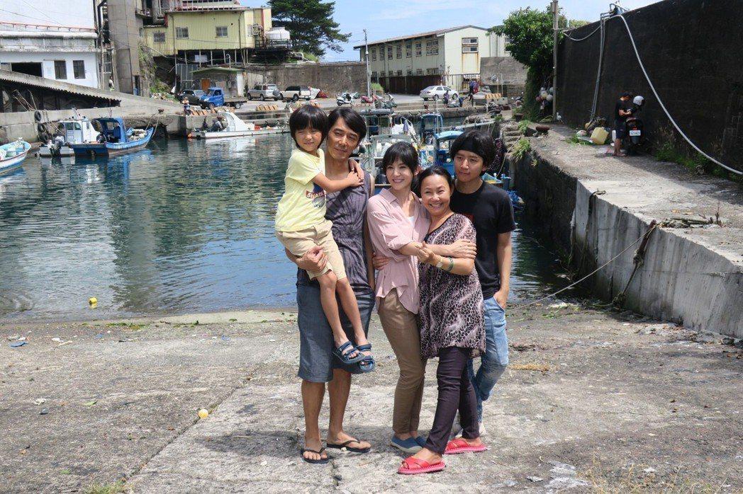 白潤音(左起)、李李仁、楊采妮、呂雪鳳在「嗨!神獸」演一家人,由池家慶(右一)執...