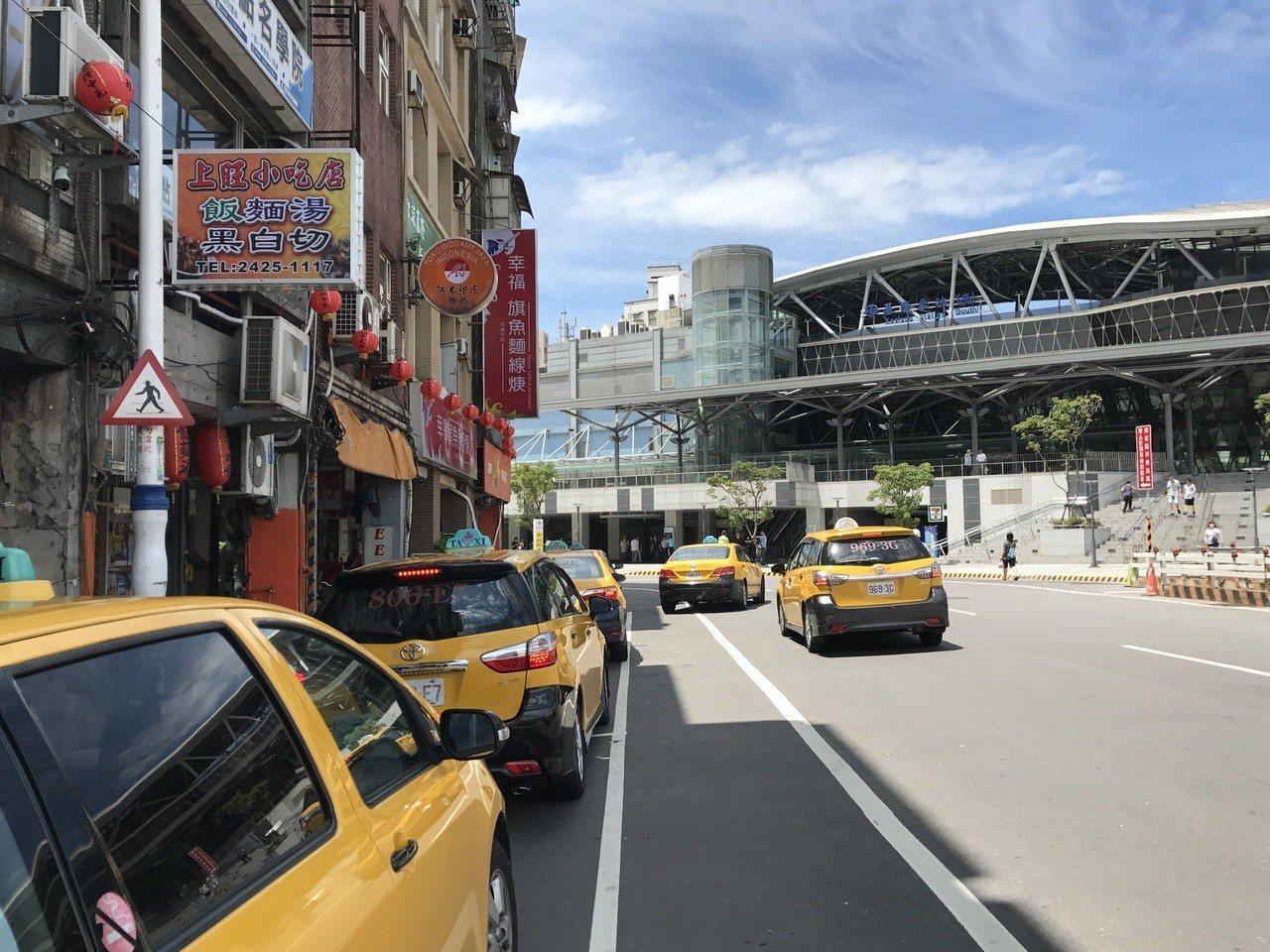 陳姓運匠說,市府規劃火車站兩個計程車排班區,但他們在排班區載不到客人,大家都有家...