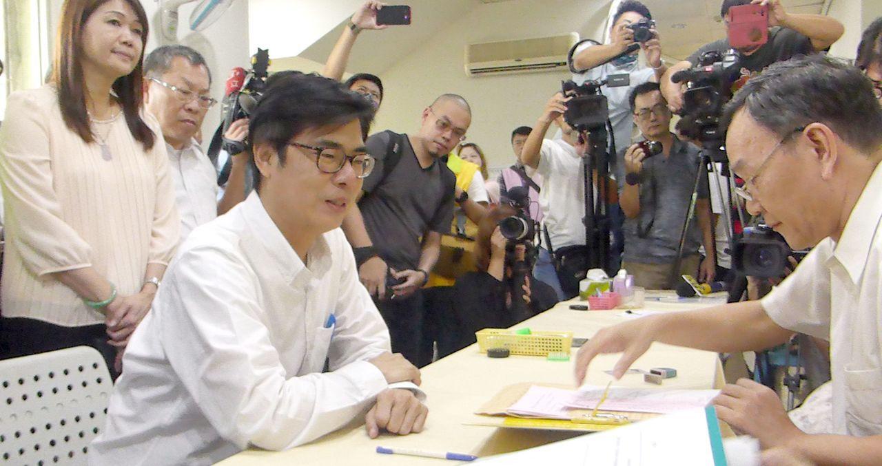 民進黨高雄市長參選人陳其邁(左) 完成參選登記。聯合報系記者楊濡嘉/攝影