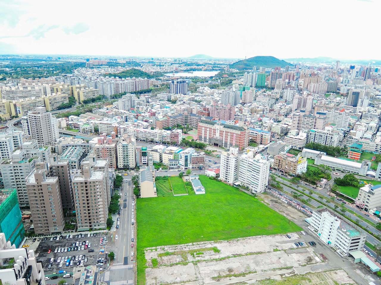 高雄市政府地政局今天宣布第3季開發區土地標售,其中最受矚目的是第44期重劃區內美...