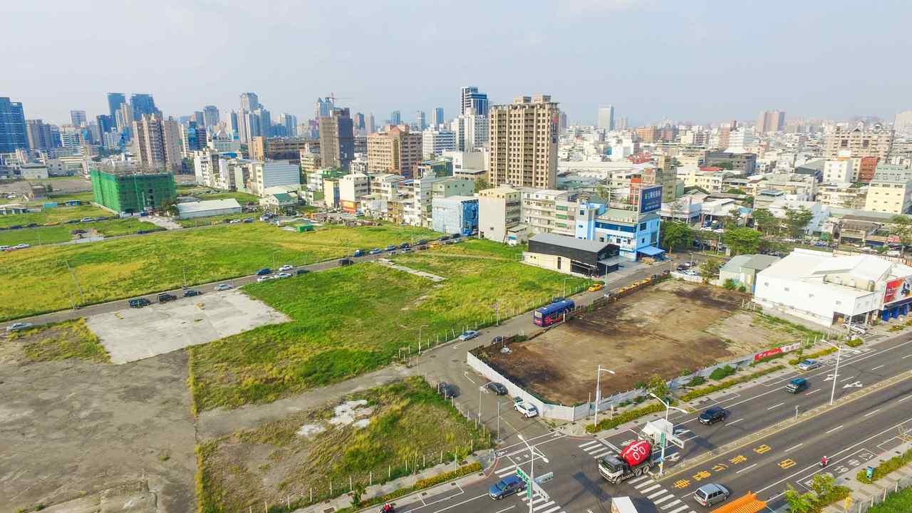 高雄市政府地政局今天宣布第3季開發區土地標售,共14標17筆建地,訂9月19日開...