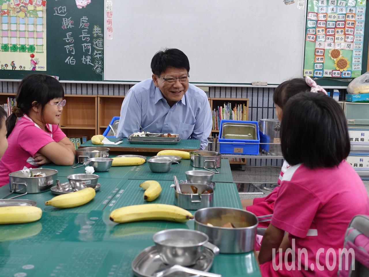 屏東縣長潘孟安今天中午與海豐國小的小朋友共進午餐,並接受小朋友提問。記者翁禎霞/...