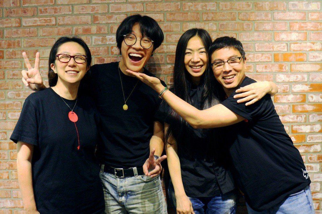 萬芳(左2)與盧廣仲(左1)與演唱會導演郭蘅祈(右2)及音樂總監黃韻玲 開會笑聲