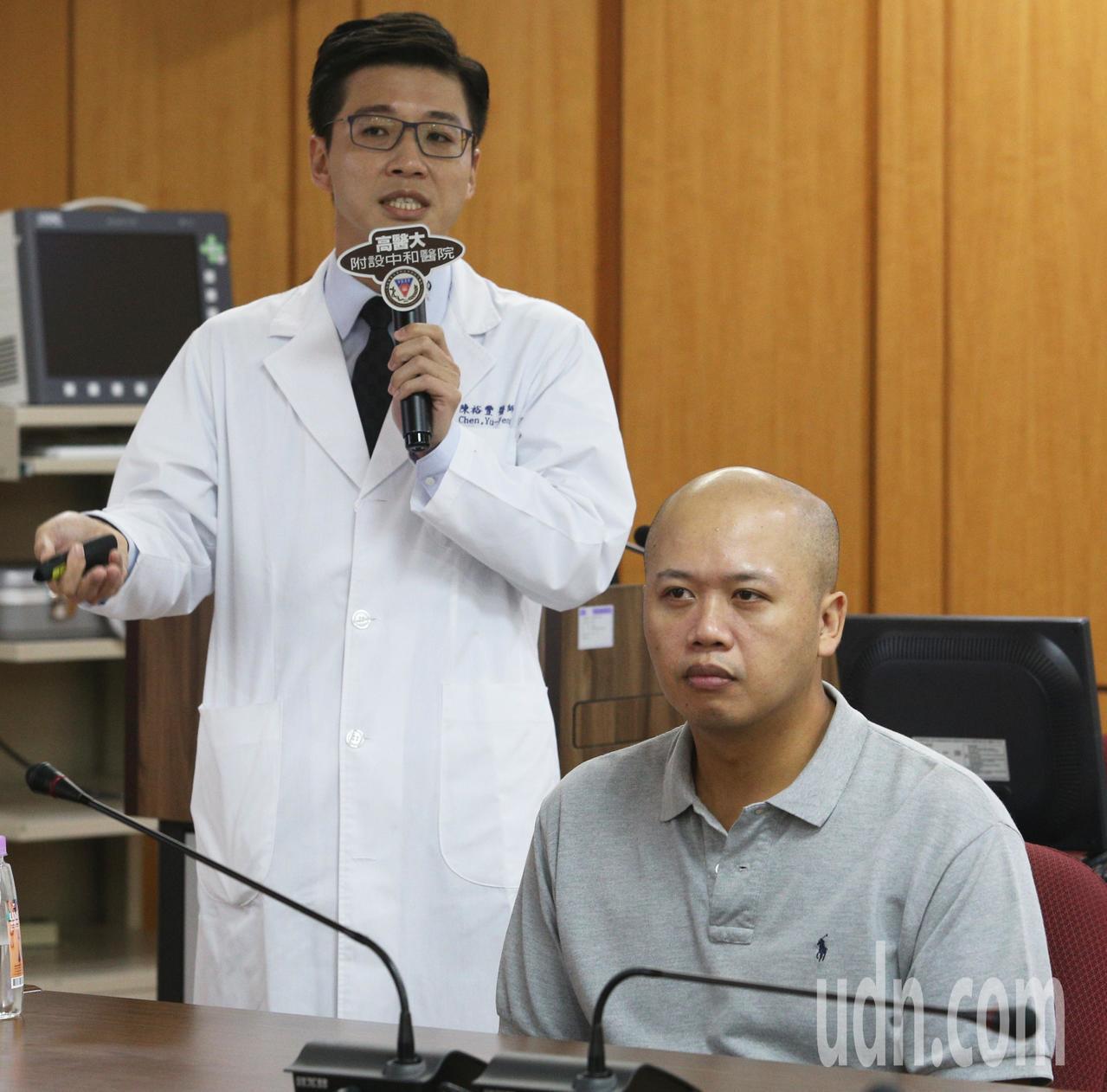 高醫口腔外科醫師陳裕豐(左)以整形手術治療李姓男子打鼾,效果良好。記者劉學聖/攝...