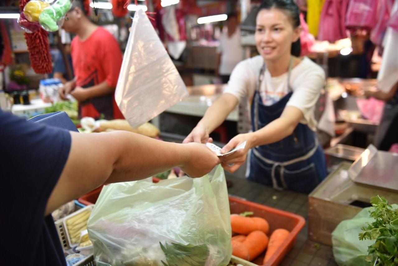 花蓮市長魏嘉賢說,從小在傳統市場長大,這裡是最富有人情味的地方,專賣最漂亮的蔬菜...
