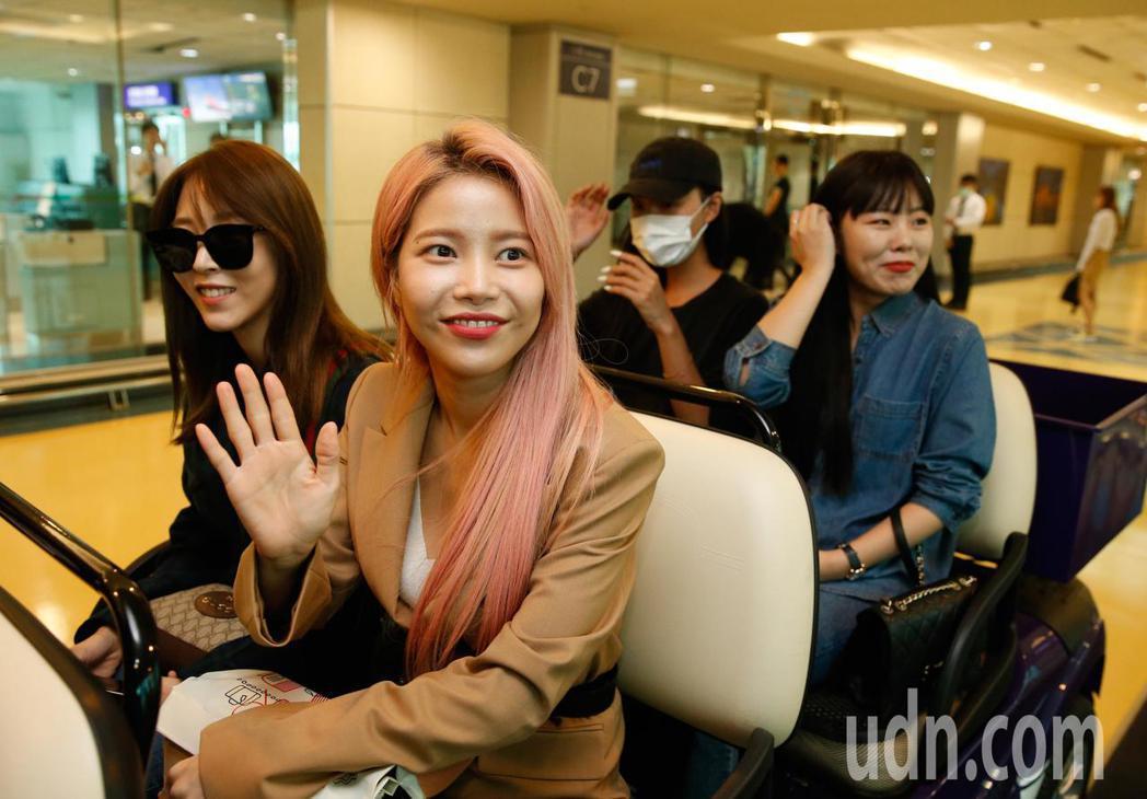 韓國女團「MAMAMOO」下午抵台,團員開心地向媒體揮手致意,隨後經由VIP通關...