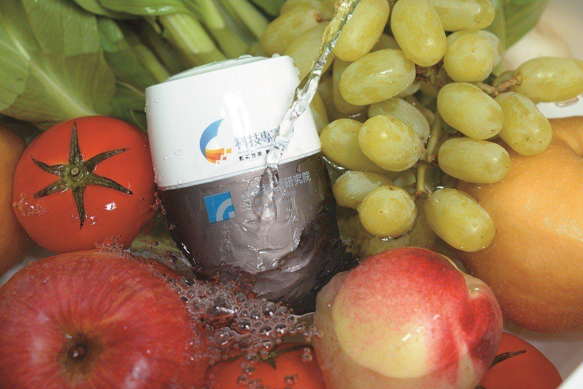 隨著食安議題在全球受到關注,工研院研發的家用智慧農藥檢測器首度跨海到歐洲參展,成...