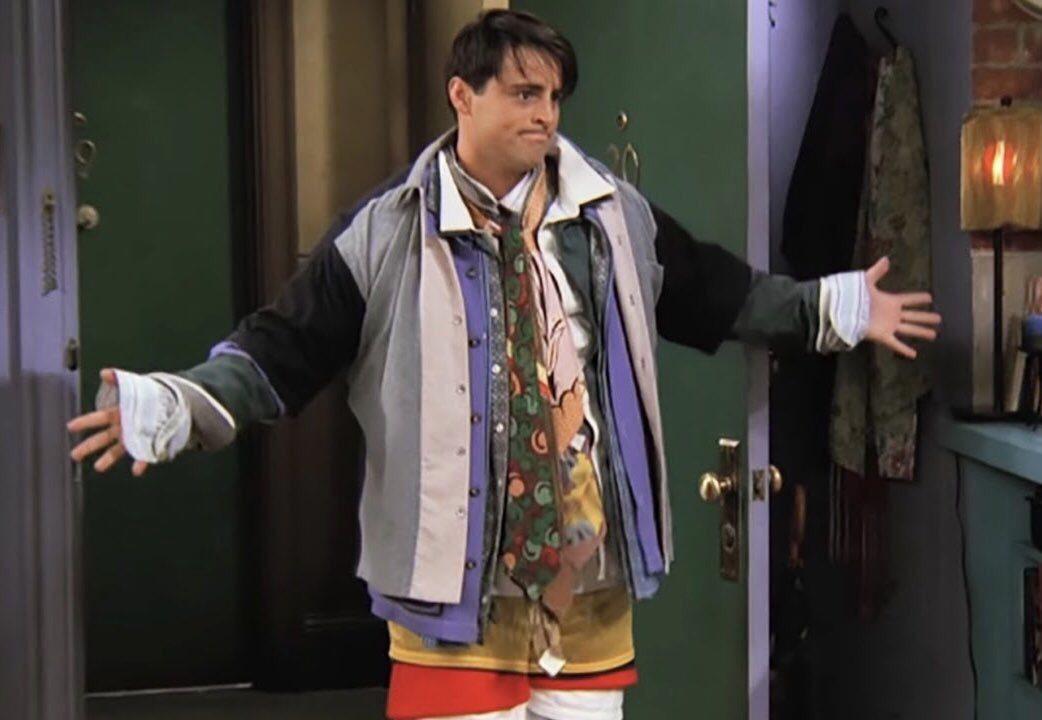 名牌外套讓網友想起經典影集「六人行」中喬伊的混搭穿衣法。(取自推特)