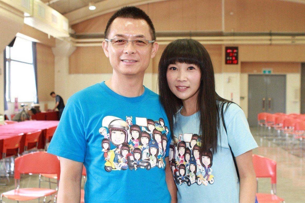 新北市議員蔡淑君(右)在丈夫林光中陪同下登記參選新北市議員。圖/蔡淑君提供