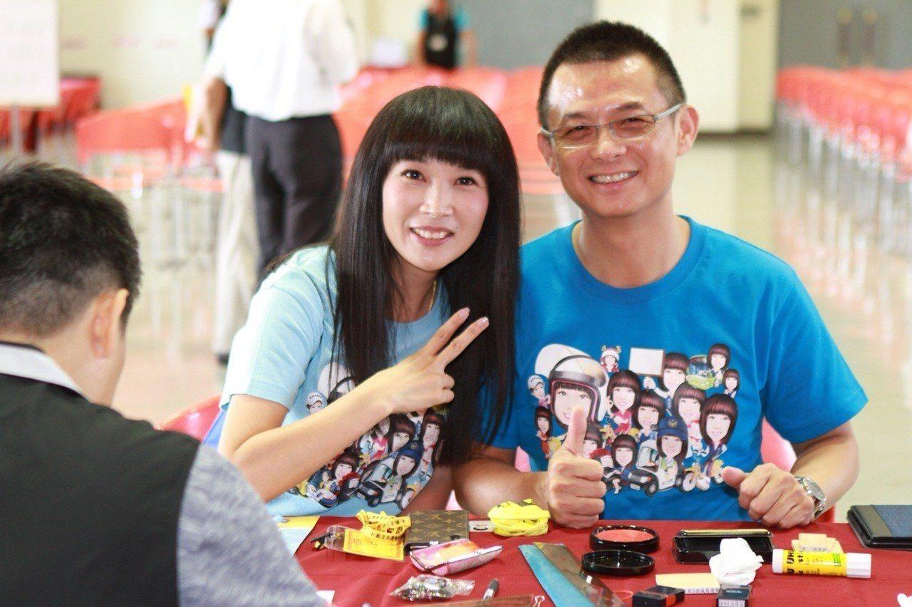 新北市議員蔡淑君(左)在丈夫林光中陪同下登記參選新北市議員。圖/蔡淑君提供