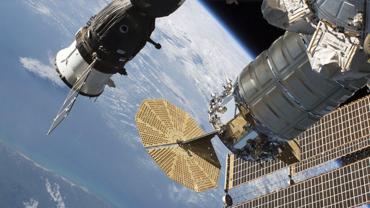 停靠於國際太空站(ISS)的聯合號MS-09太空船(左)6月24日影像。聯合號M...