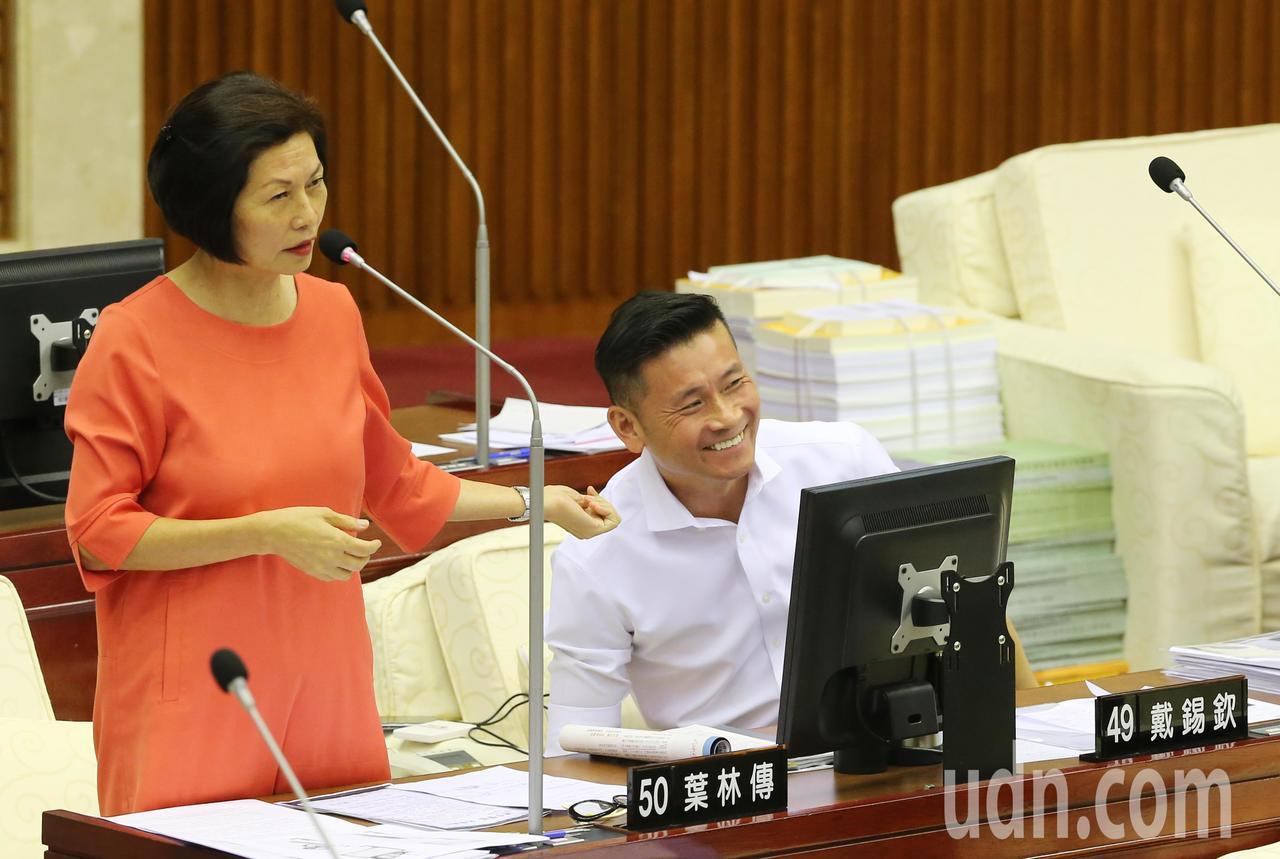 市議員汪志冰(左)要柯文哲確認一下議員戴錫欽(右)是友柯還是柯黑。記者許正宏/攝...