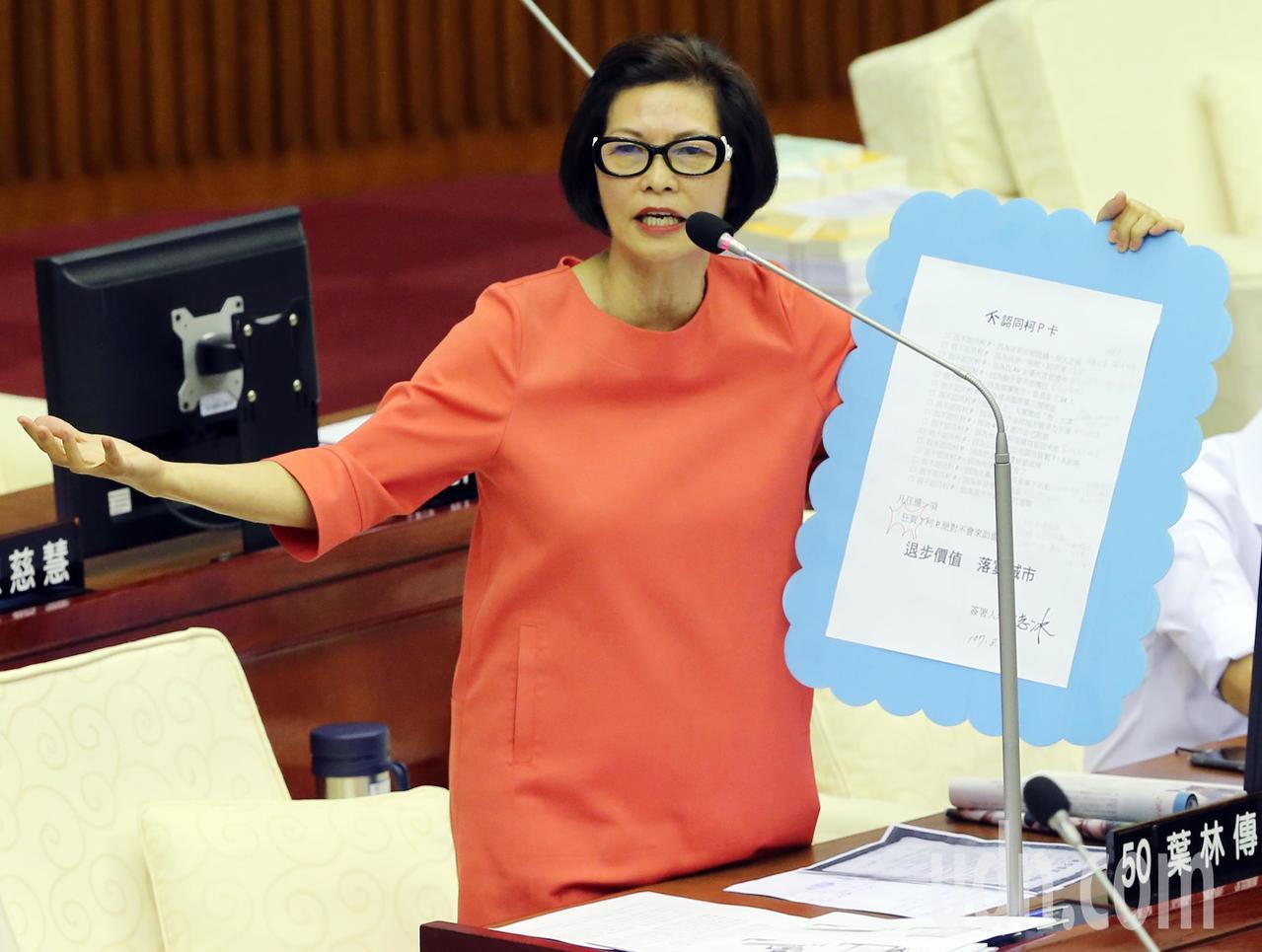 台北市議會總質詢,市議員汪志冰(圖)質詢時手拿不認同柯P卡,一一細數柯市長跳票的...