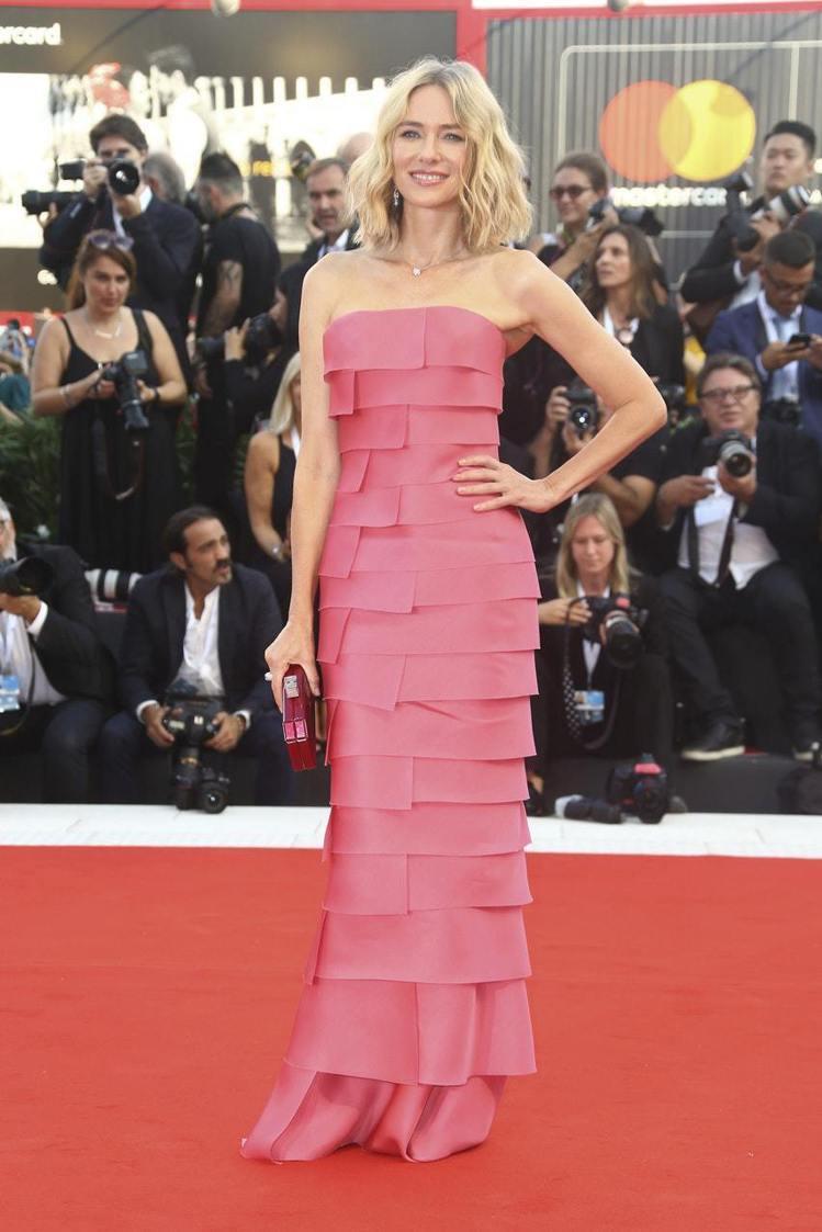 娜歐蜜華茲穿出桃粉色Armani Prive 2018秋冬高級訂製服的優雅。圖/...