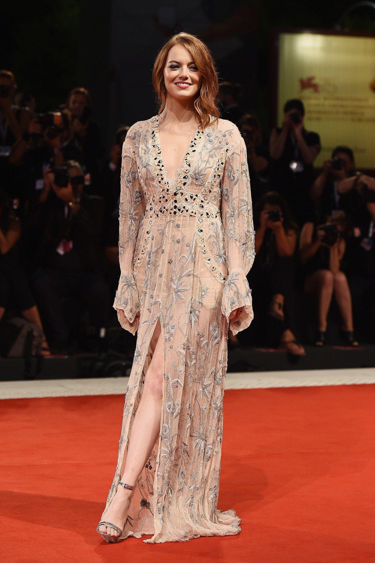 艾瑪史東穿路易威登2019早春刺繡洋裝,性感又大器。圖/LV提供