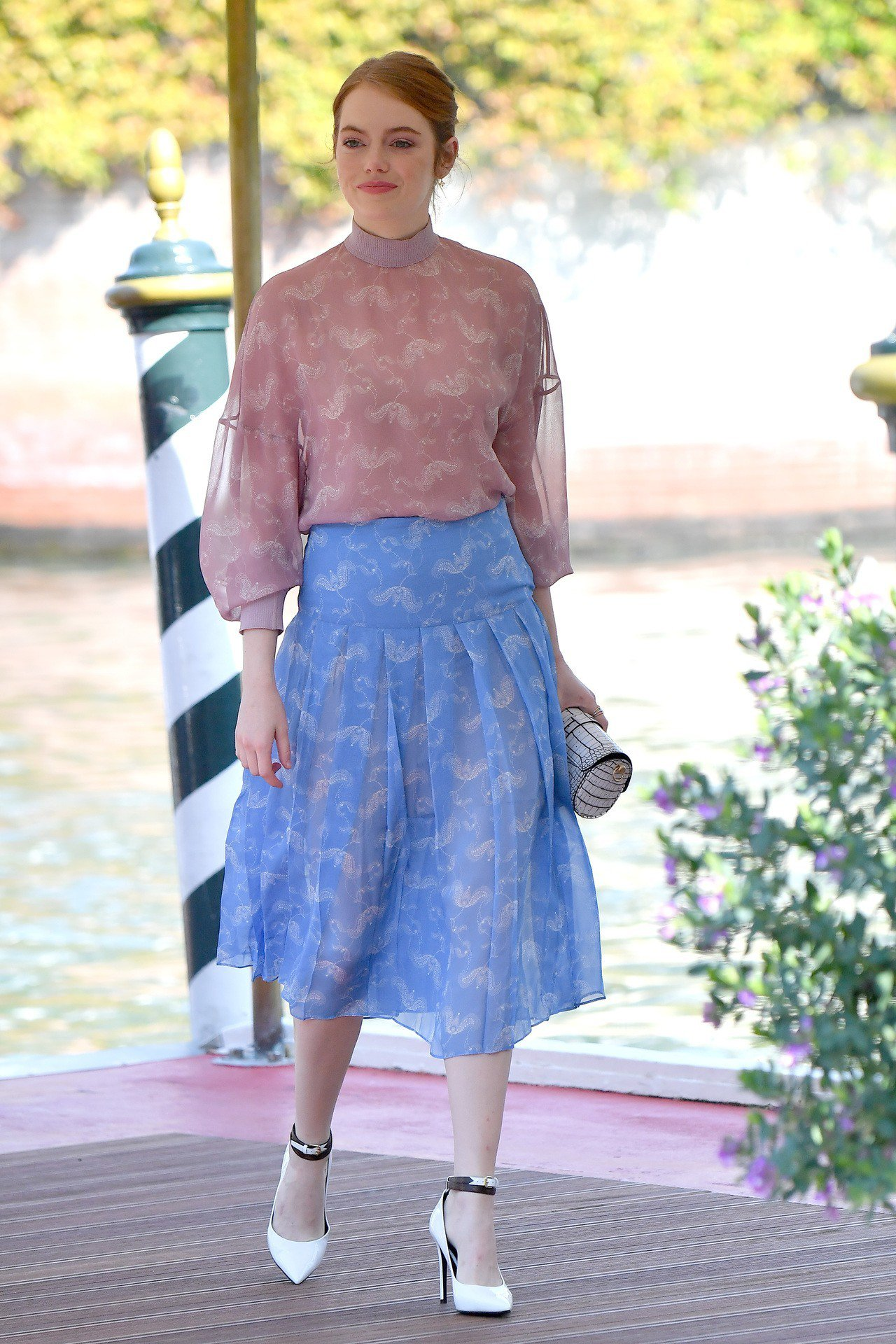 艾瑪史東以馬卡龍色系的FENDI出席威尼斯影展。圖/FENDI提供