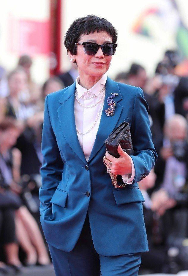 張艾嘉也以帥氣西裝出席威尼斯影展。(法新社)