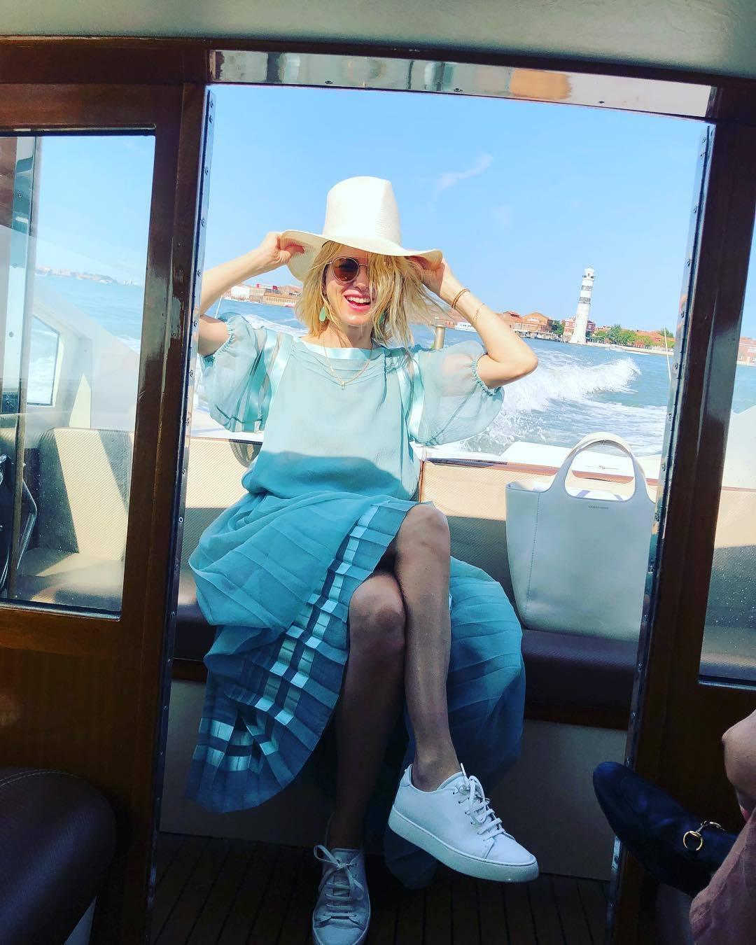 娜歐蜜華茲穿Giorgio Armani 2019早春的百褶裙,搭運動鞋顯得俏麗...