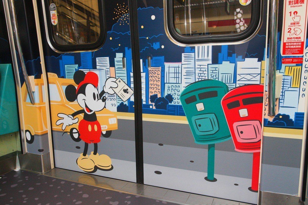 曾經蔚為話題的「歪腰郵筒」,同樣也是彩繪列車的主題之一。記者陳睿中/攝影