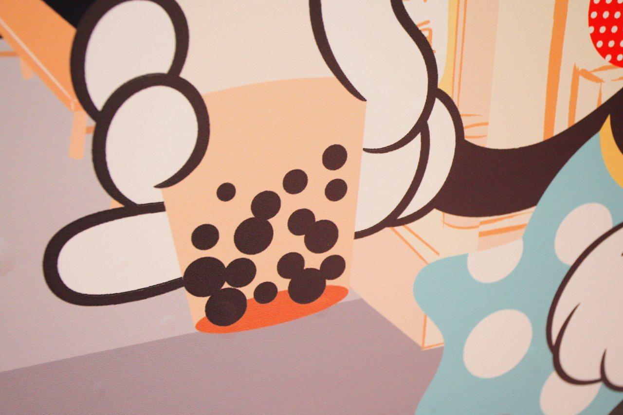 美妮手上的珍珠奶茶中,就藏有「隱藏米奇」。記者陳睿中/攝影