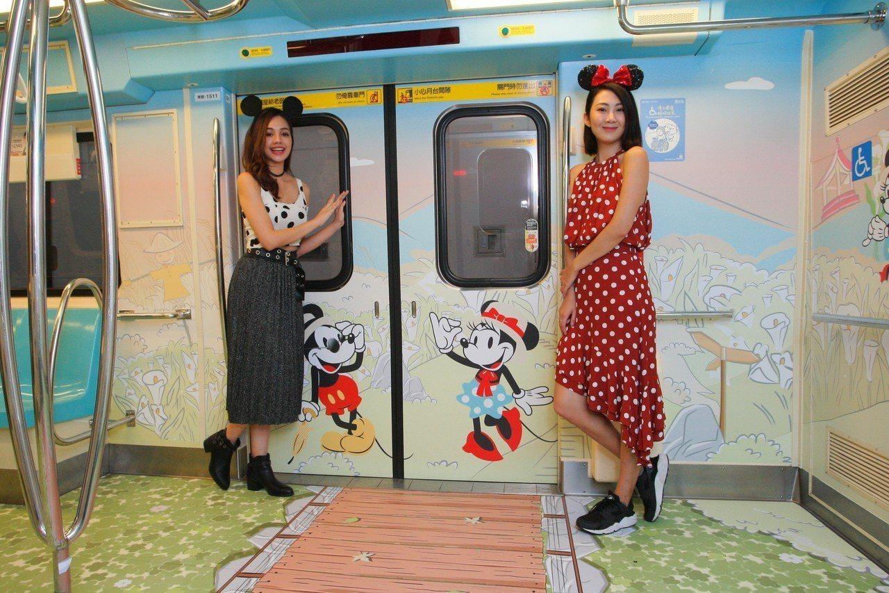 米奇彩繪列車上路首日,就已經吸引許多網紅、粉絲前來合照。記者陳睿中/攝影