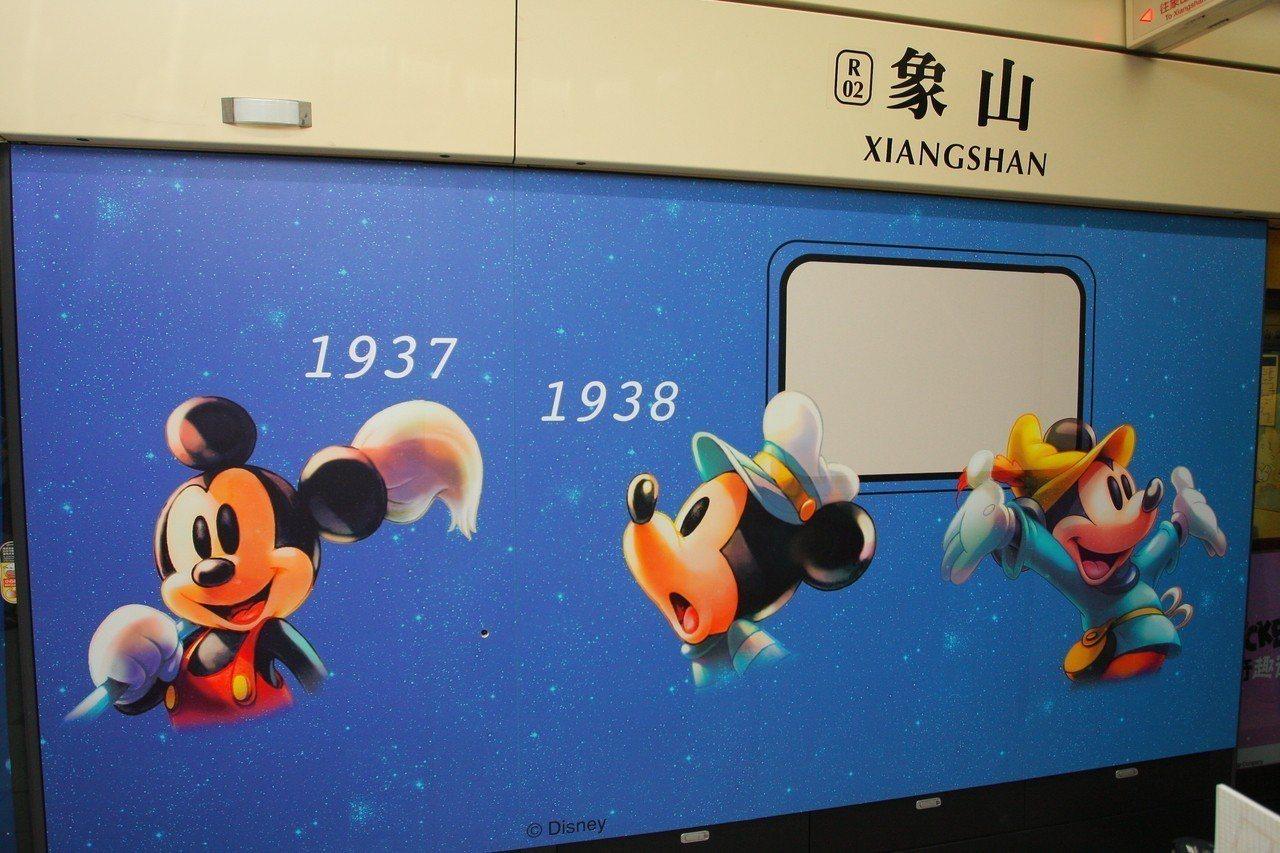 捷運象山站月台有一系列米奇歷史的彩繪主題。記者陳睿中/攝影