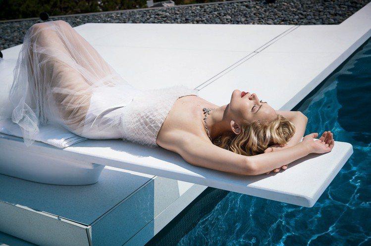 珍妮佛勞倫斯為JOY by Dior香氛拍攝廣告,身穿紗裙在水中輕舞的唯美姿態宛...